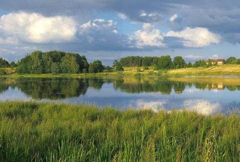 Wälder und kristallene Seen mit Rad & Schiff